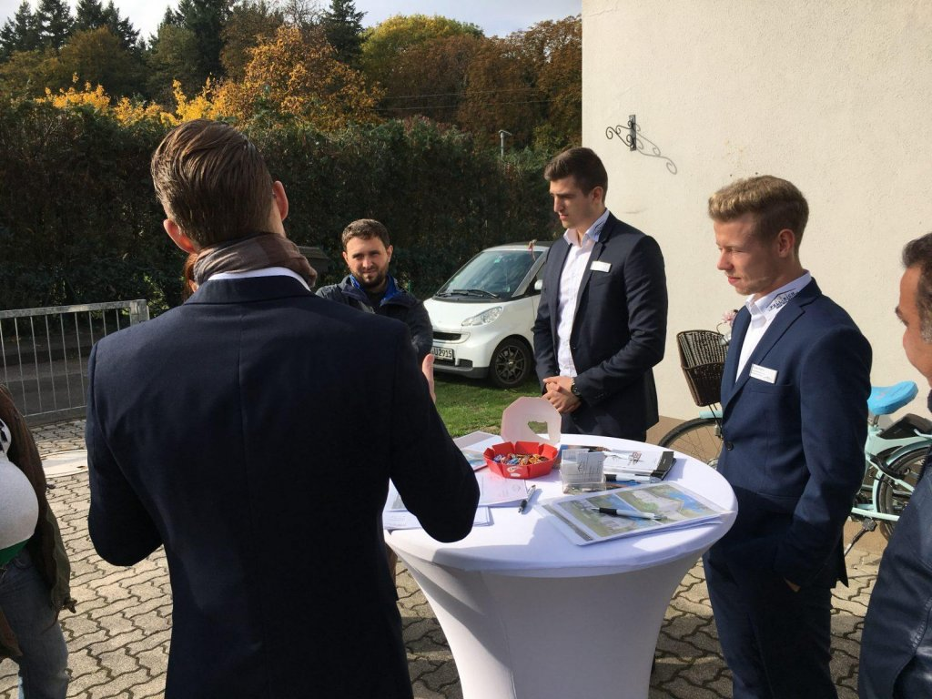 Um ein Haus in Karlsruhe zu verkaufen, bedarf es einer persönlichen Beratung sowohl der Verkäuferinnen und Verkäufer als auch der Interessentinnen und Interessenten.
