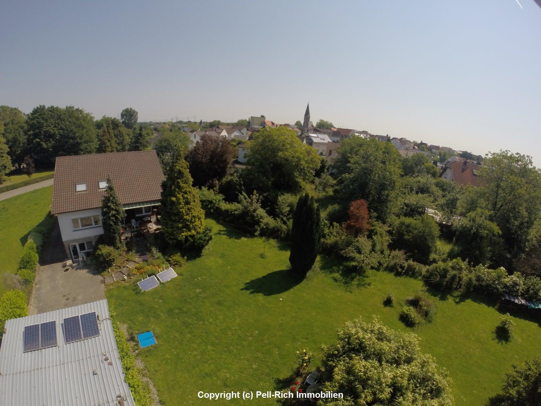 Luftbild von Einfamilienhaus in Eggenstein mit großem Grundstück