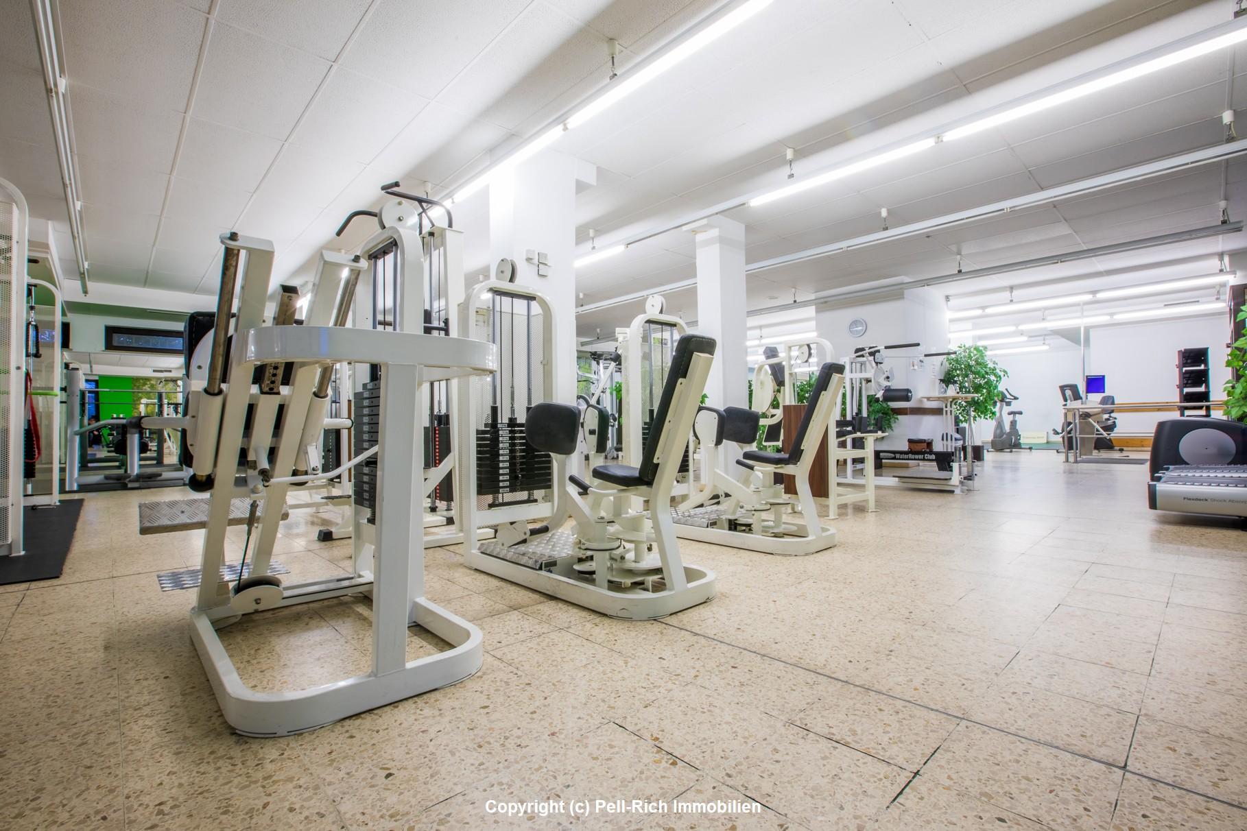 RENDITEGLÜCK: Mieteinheit mit gutlaufendem Fitnessstudio und zwei Garagenstellplätzen zu verkaufen