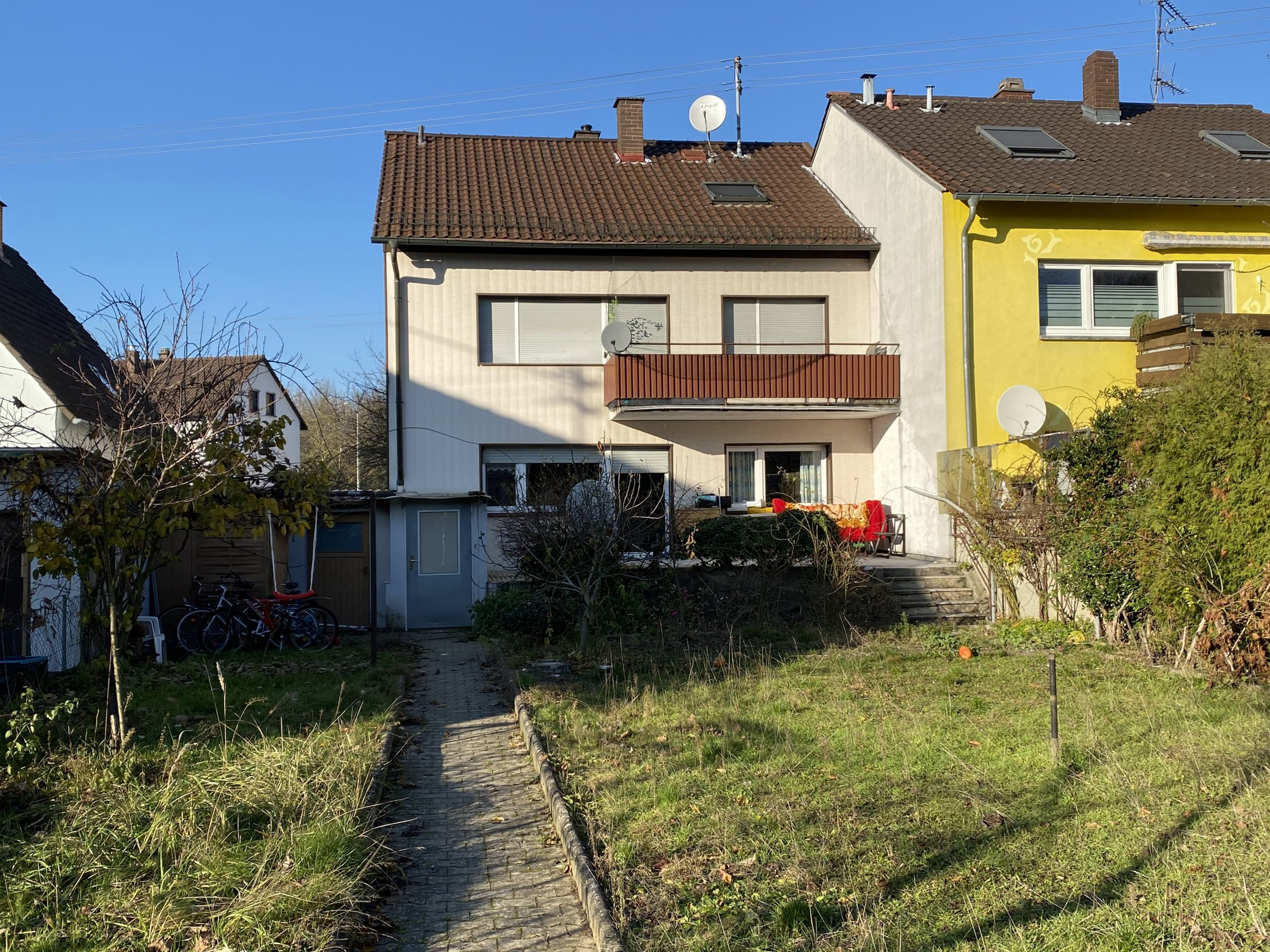 KAPITALANLAGE: Gut vermietetes 3-Parteien Haus mit großem Garten
