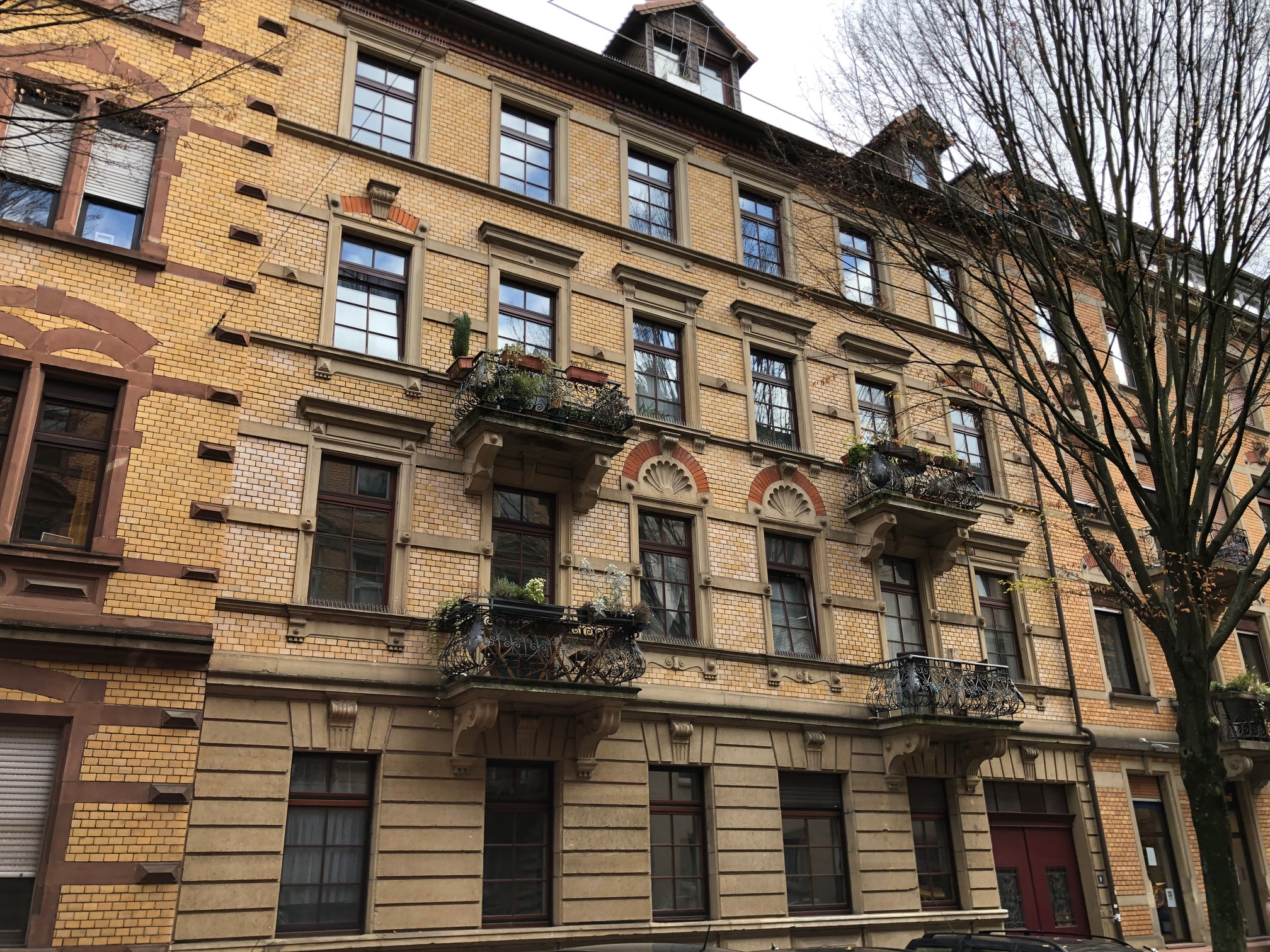 WOHNSIEGER: 4 Zimmer Hochparterre Wohnung im denkmalgeschützten Altbau in Bestlage der Oststadt