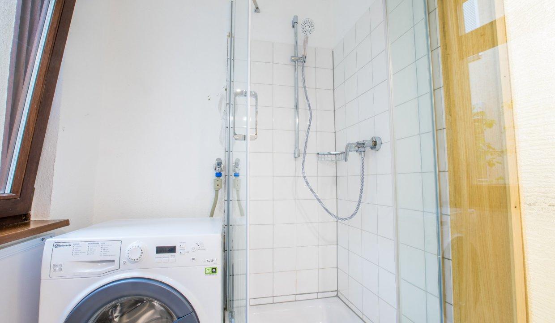 Dusche mit Waschmaschine